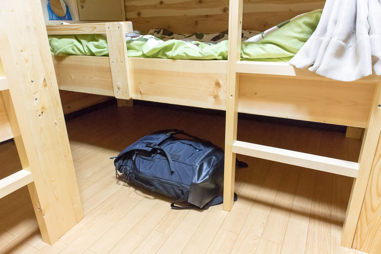 函館ゲストハウスAppleベッド下の収納スペース
