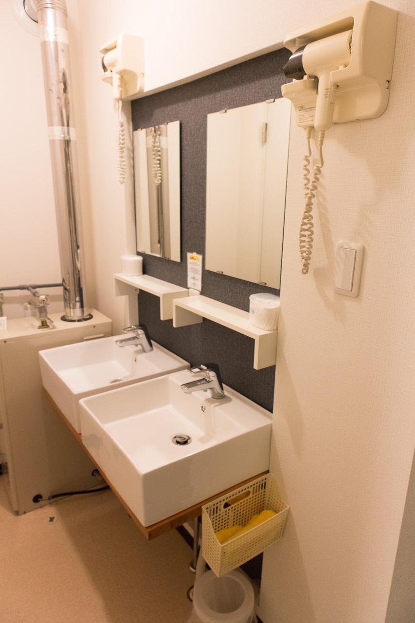 函館ゲストハウスAppleの洗面台