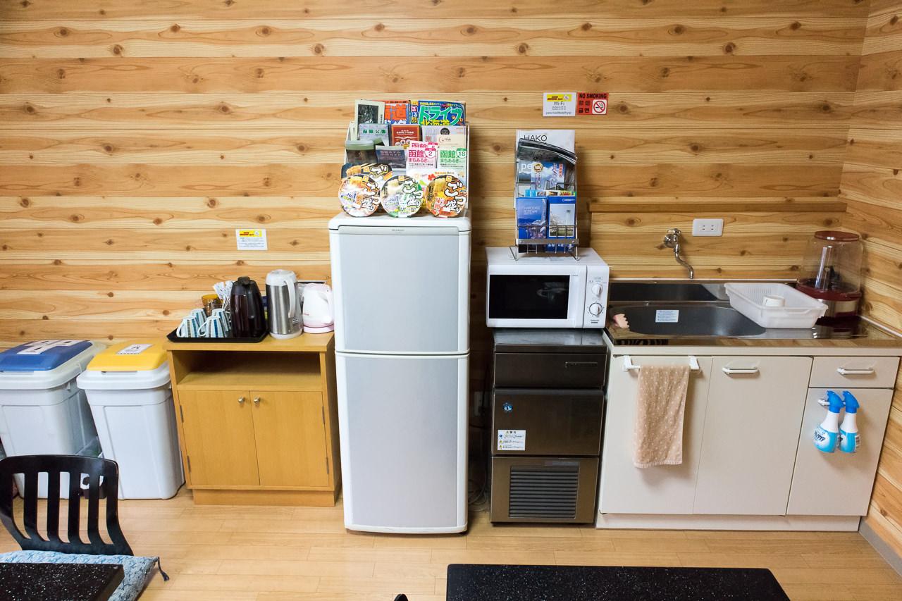 函館ゲストハウスAppleフリースペースの冷蔵庫等
