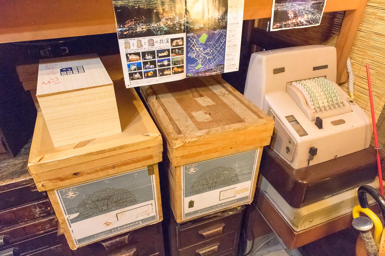 函館ゲストハウスの木箱とレジ