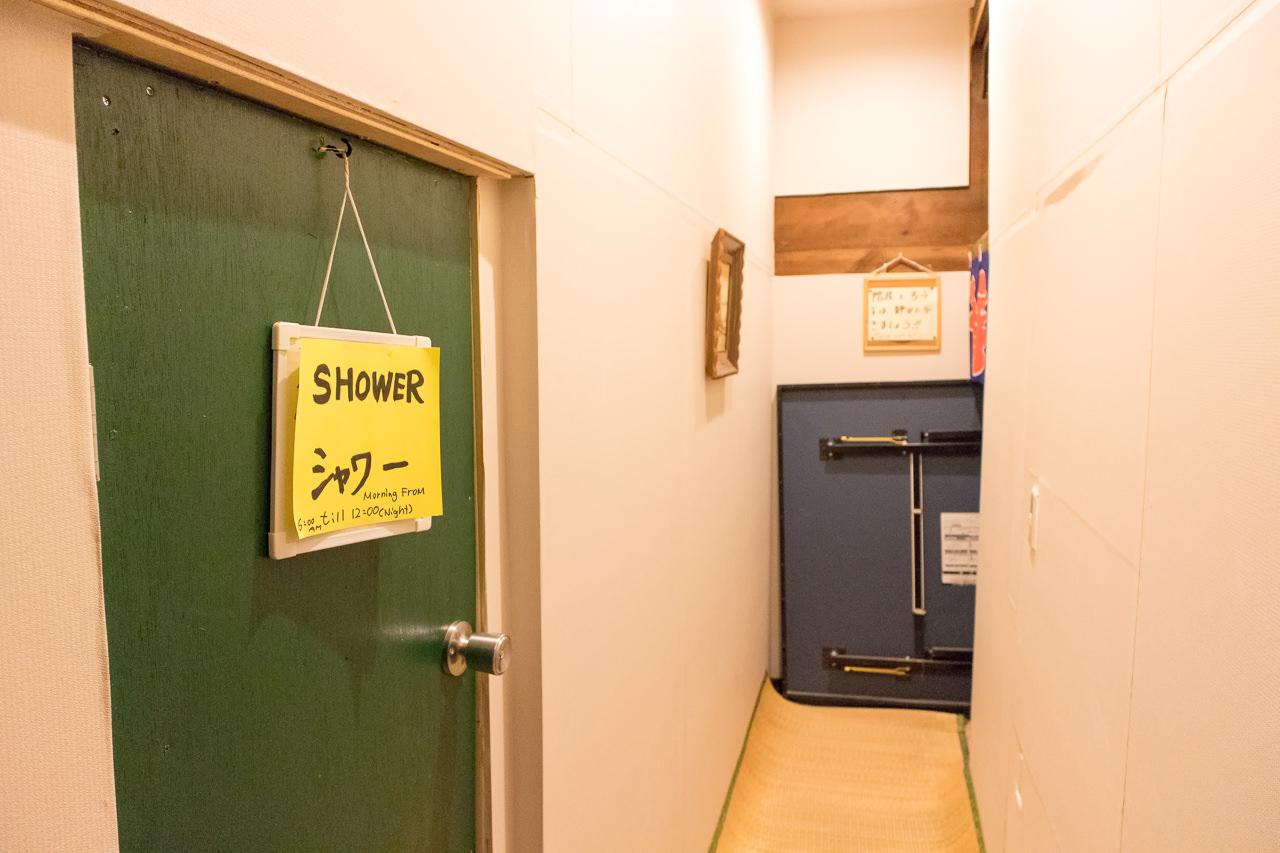 函館ゲストハウスのシャワールーム入口