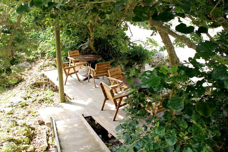 浜辺の茶屋 木陰の席
