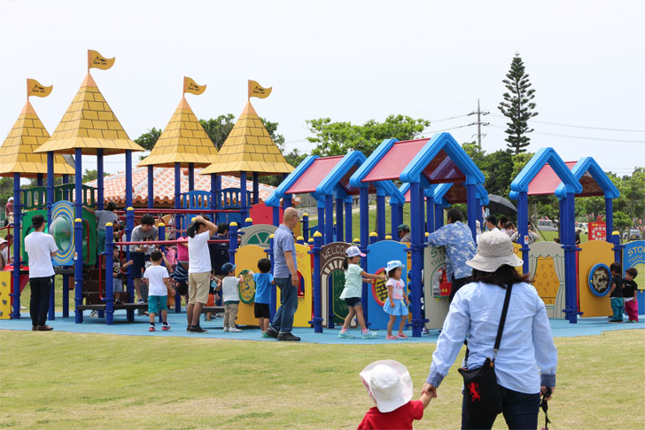 平和祈念公園 遊具と親子連れ