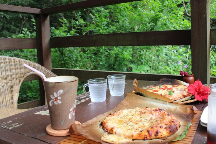カフェイチャラ 自然の中でピザ
