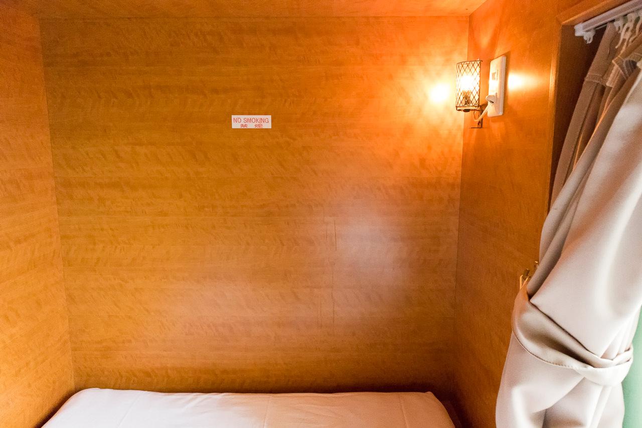 エースイン新宿のベッドのランプ