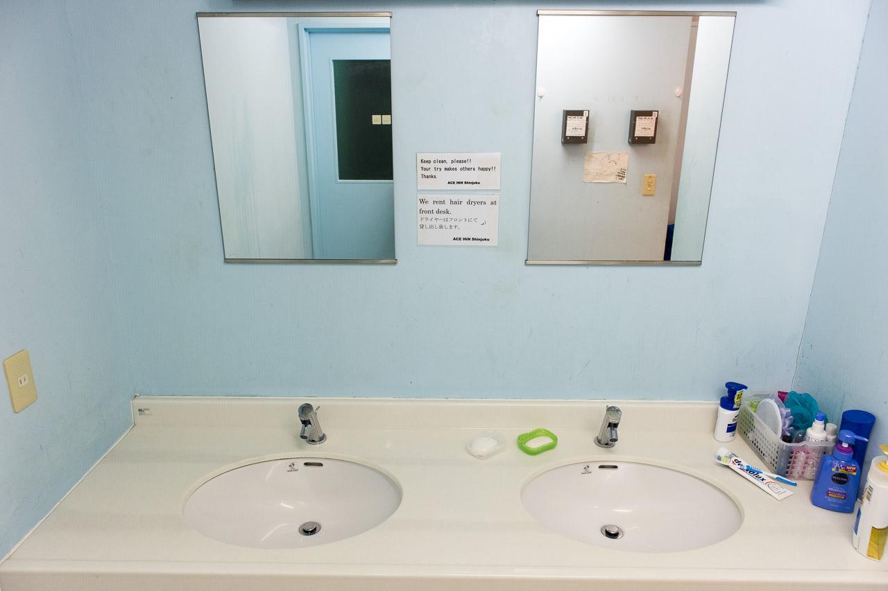 エースイン新宿のシャワールームにある洗面台