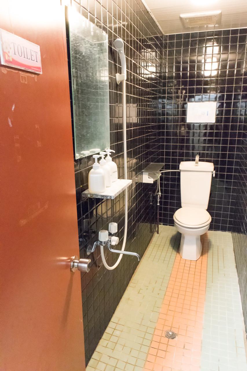 Haru-Hotelのトイレとシャワー