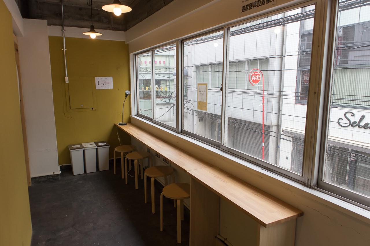 IRORIの2階男女混合ドミトリーの窓側カウンター