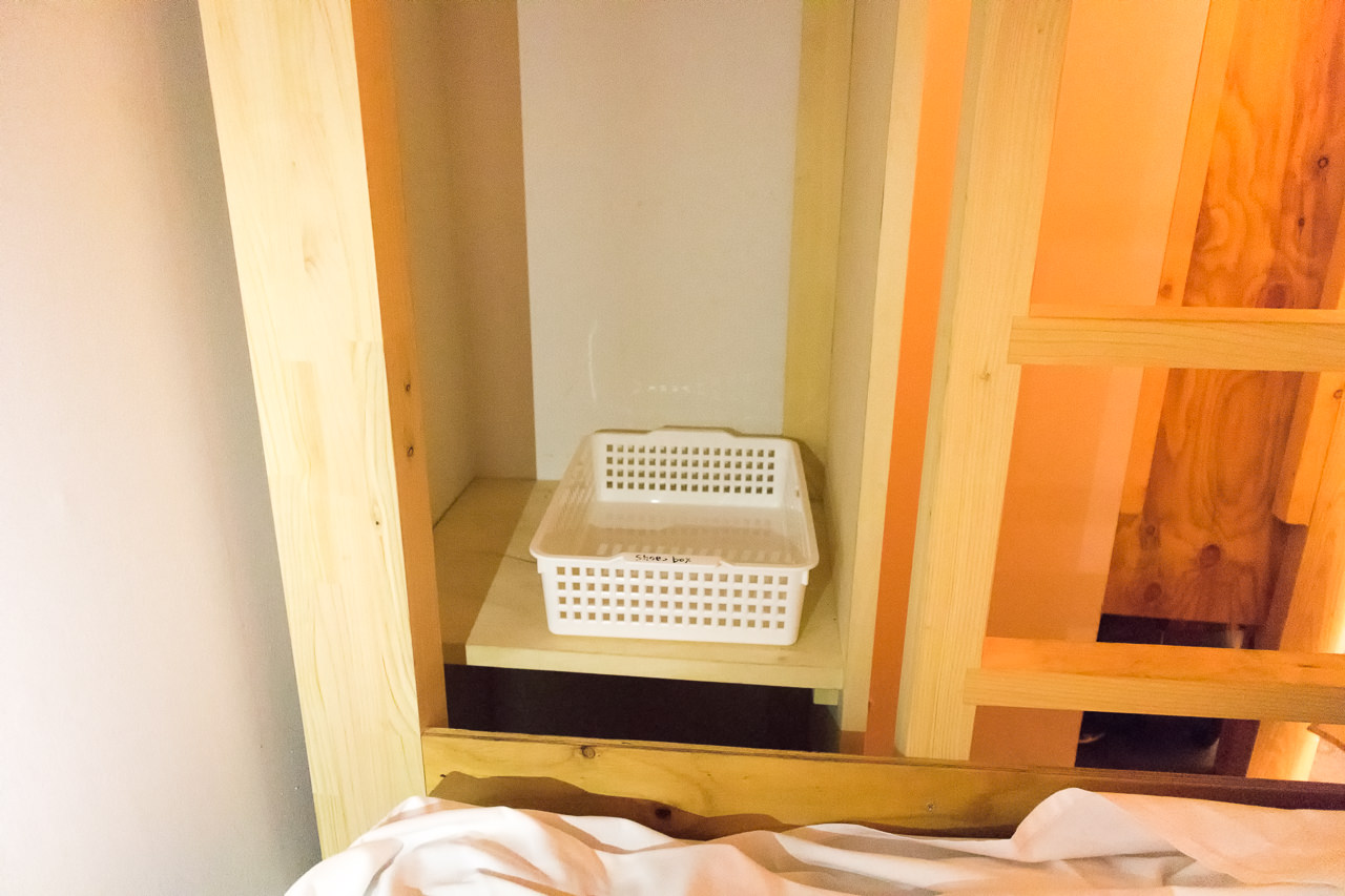 IRORIベッド脇の靴と荷物置き場