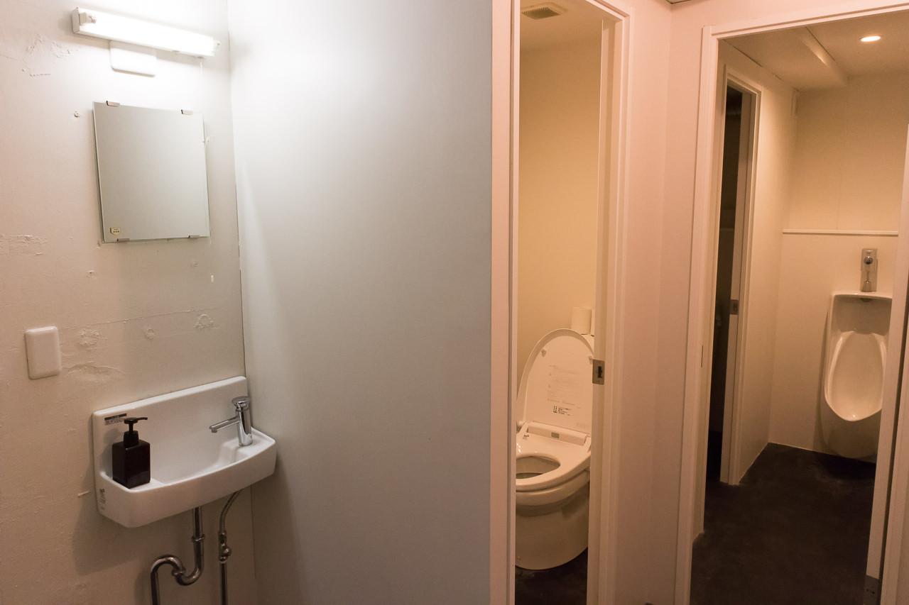 IRORI男女混合ドミトリーのトイレ