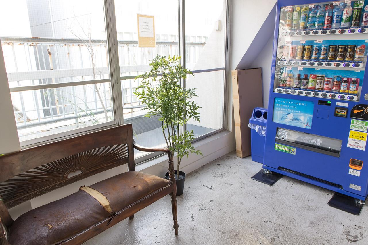 IRORIの7階ラウンジ前の椅子と自販機