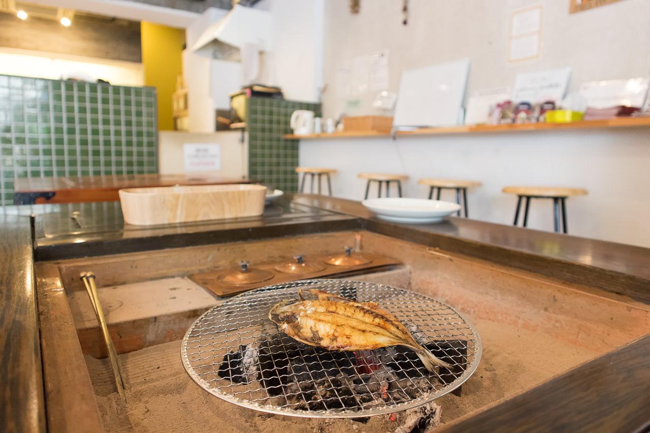 IRORIの朝食で魚を焼く