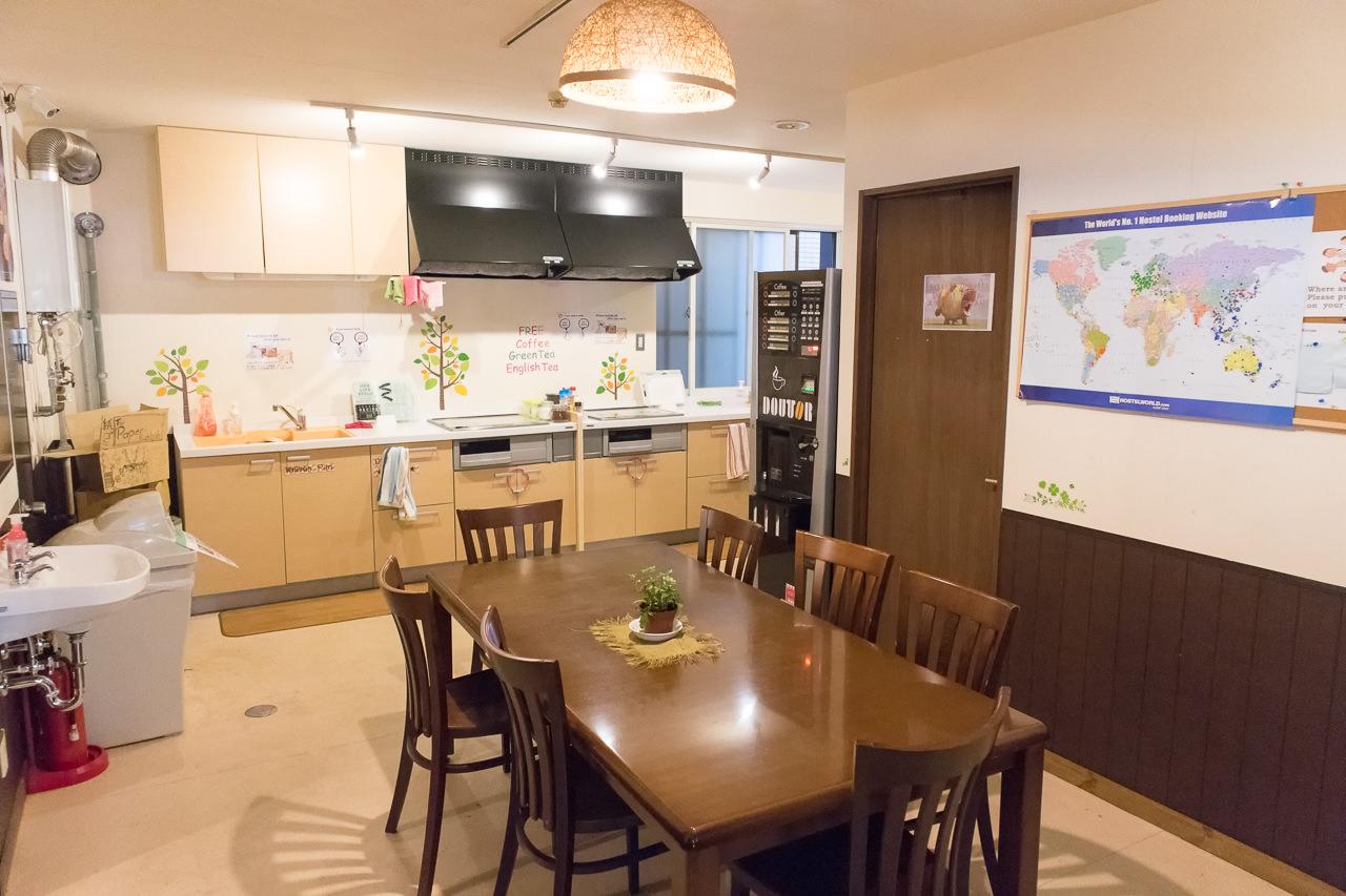 カオサン札幌のキッチンテーブル