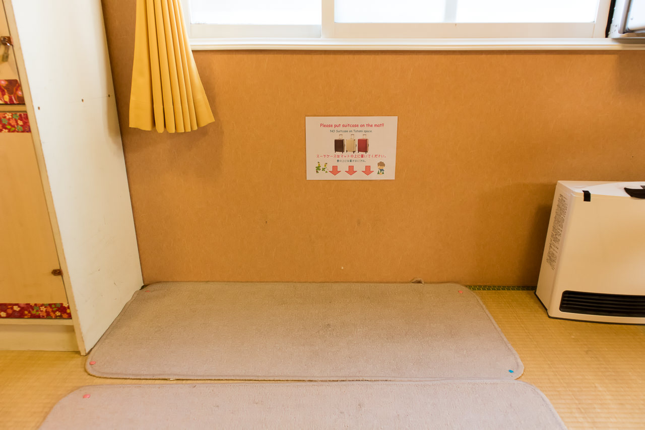 カオサン札幌の部屋の荷物置場