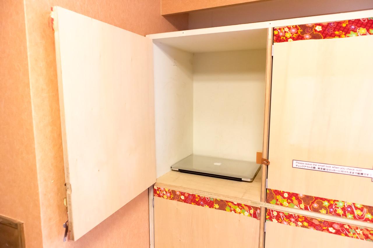 カオサン札幌の部屋の貴重品ロッカーとノートPC