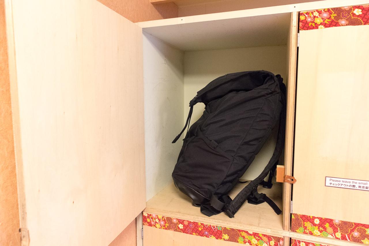 カオサン札幌の部屋の貴重品ロッカーとリュック