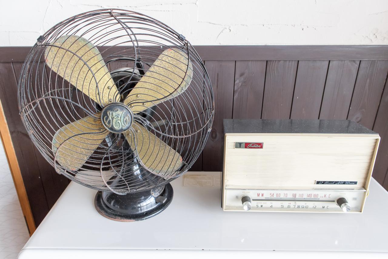 函館山ゲストハウス 扇風機とラジオ