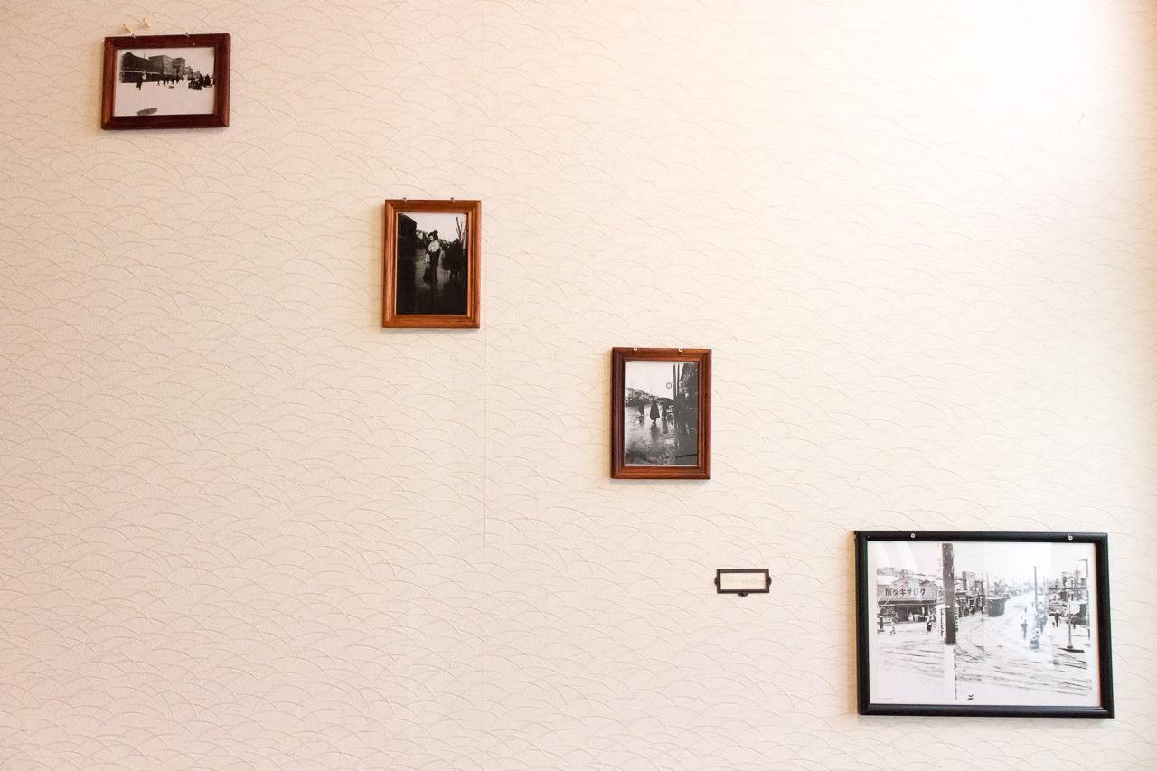 函館山ゲストハウス階段のモノクロ写真