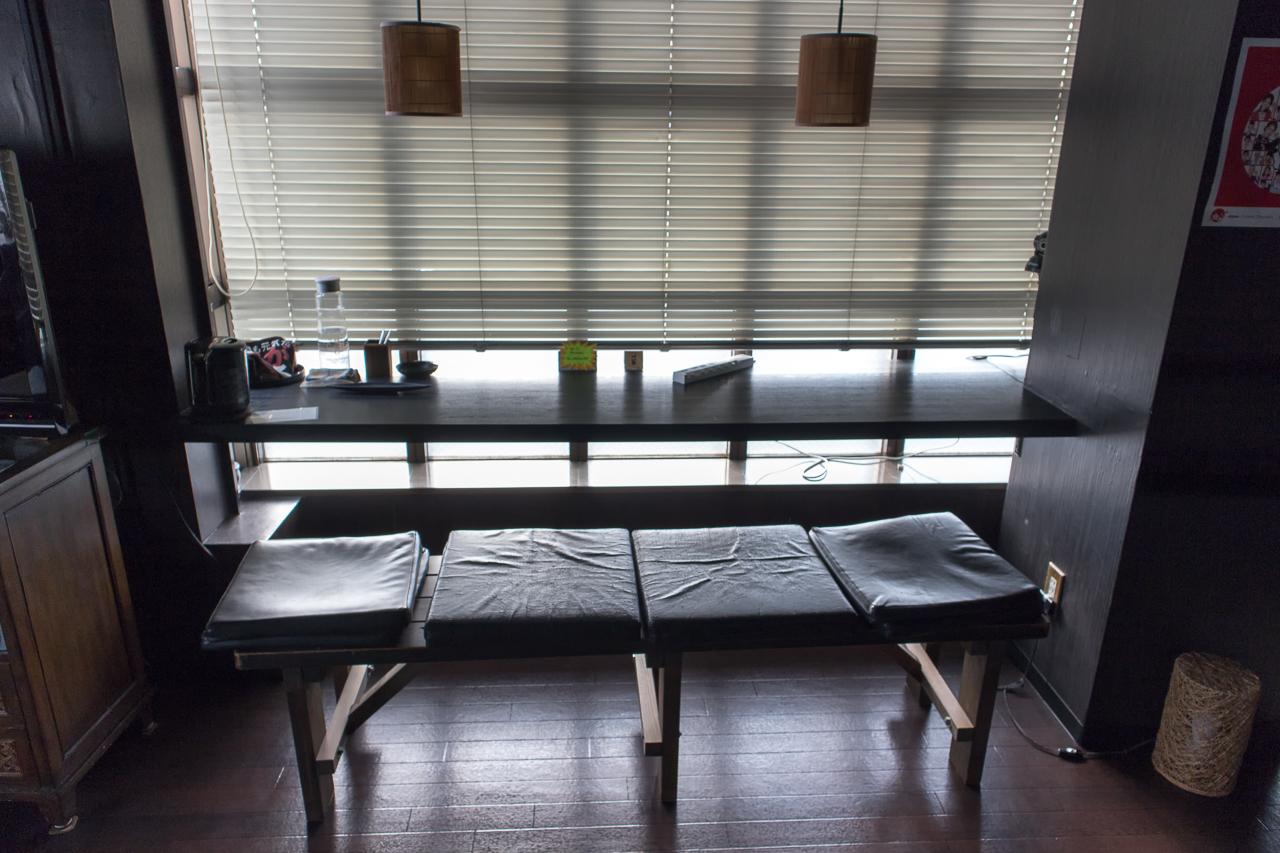 インターナショナル ゲストハウス アズール成田・ラウンジ窓側