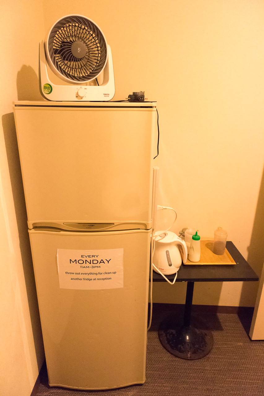 JAM ホステル 京都祇園・共有スペースの冷蔵庫とフリードリンク