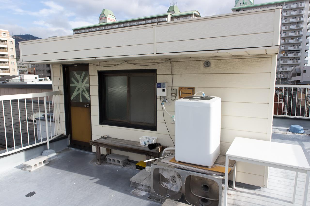 神戸三宮R2ホステル・屋上と洗濯機