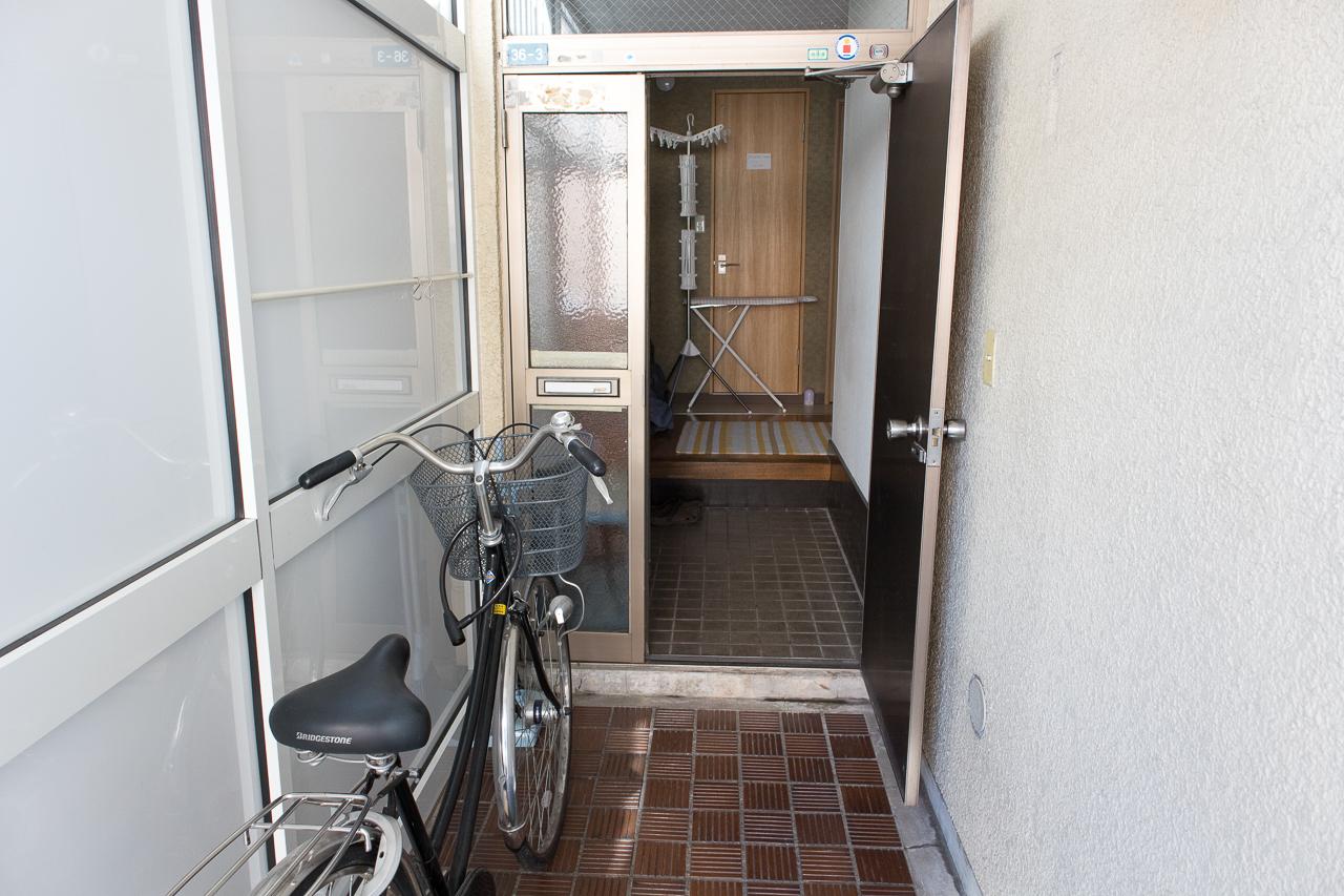 ゲストハウスふでむら さくら日和の玄関前