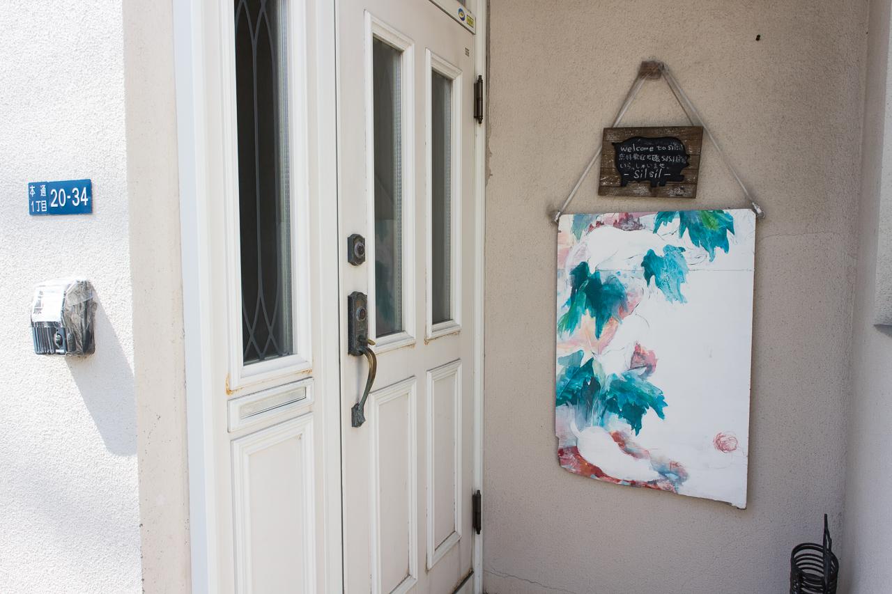 ドミトリーシルシルの玄関外