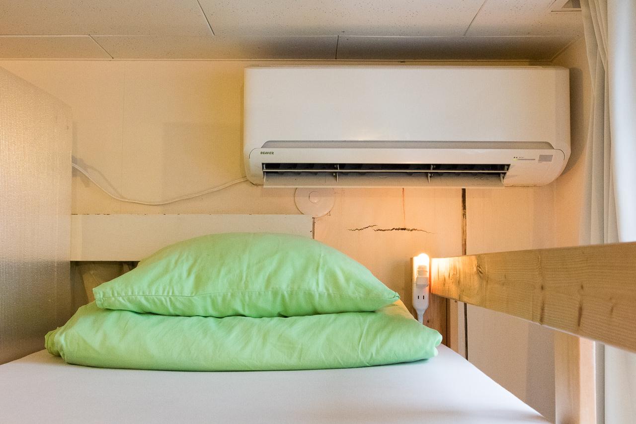 やどやゲストハウス グリーン・枕元のエアコン