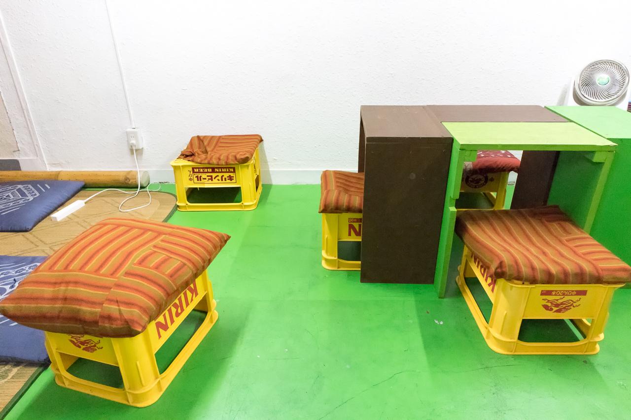 やどやゲストハウス オレンジ1階共有スペースの椅子