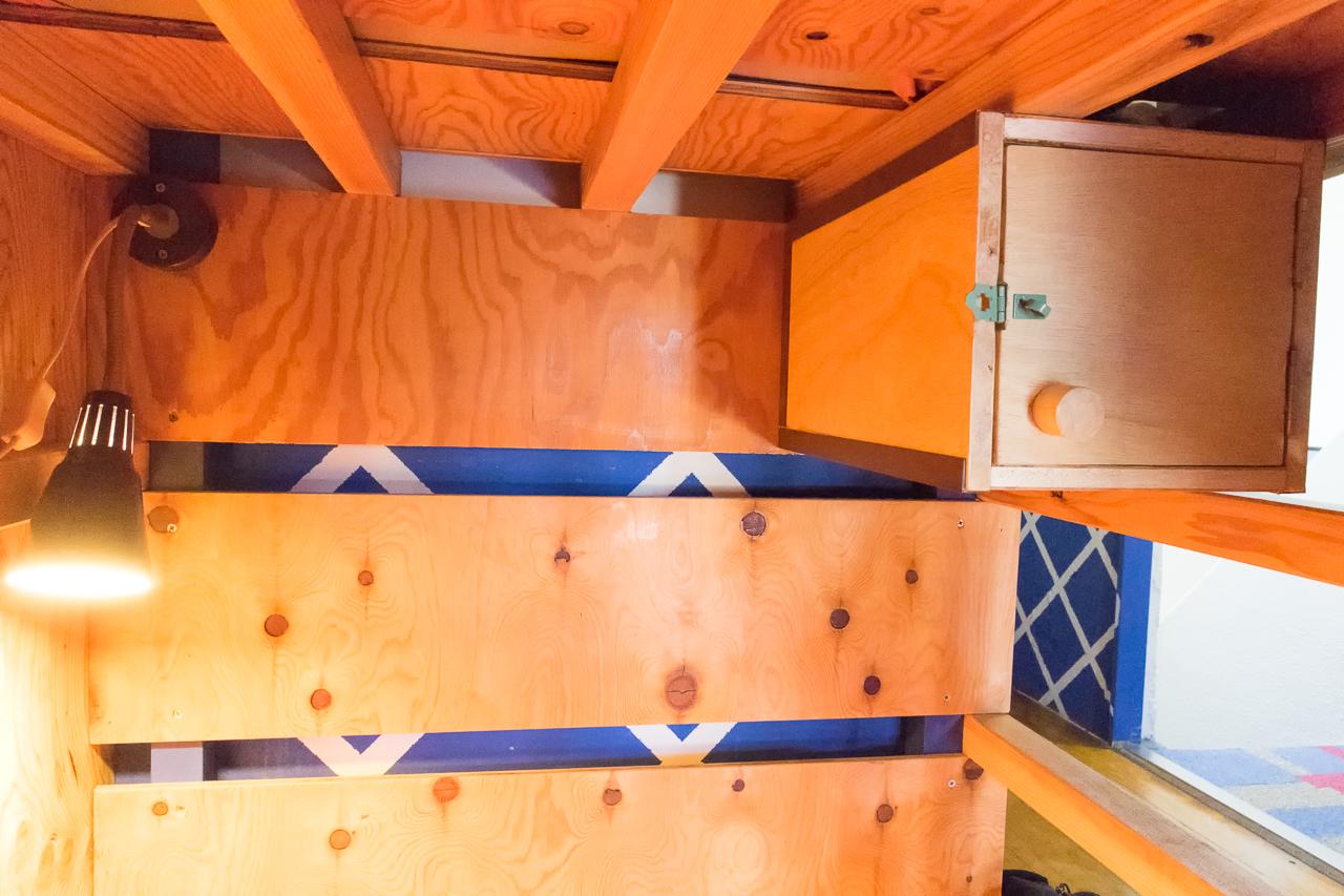 やどやゲストハウス オレンジ・ベッドの照明と貴重品ボックス