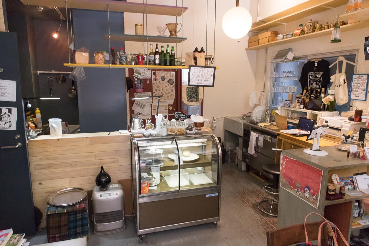 Zabutton hostel1階カフェ&チェックインカウンター