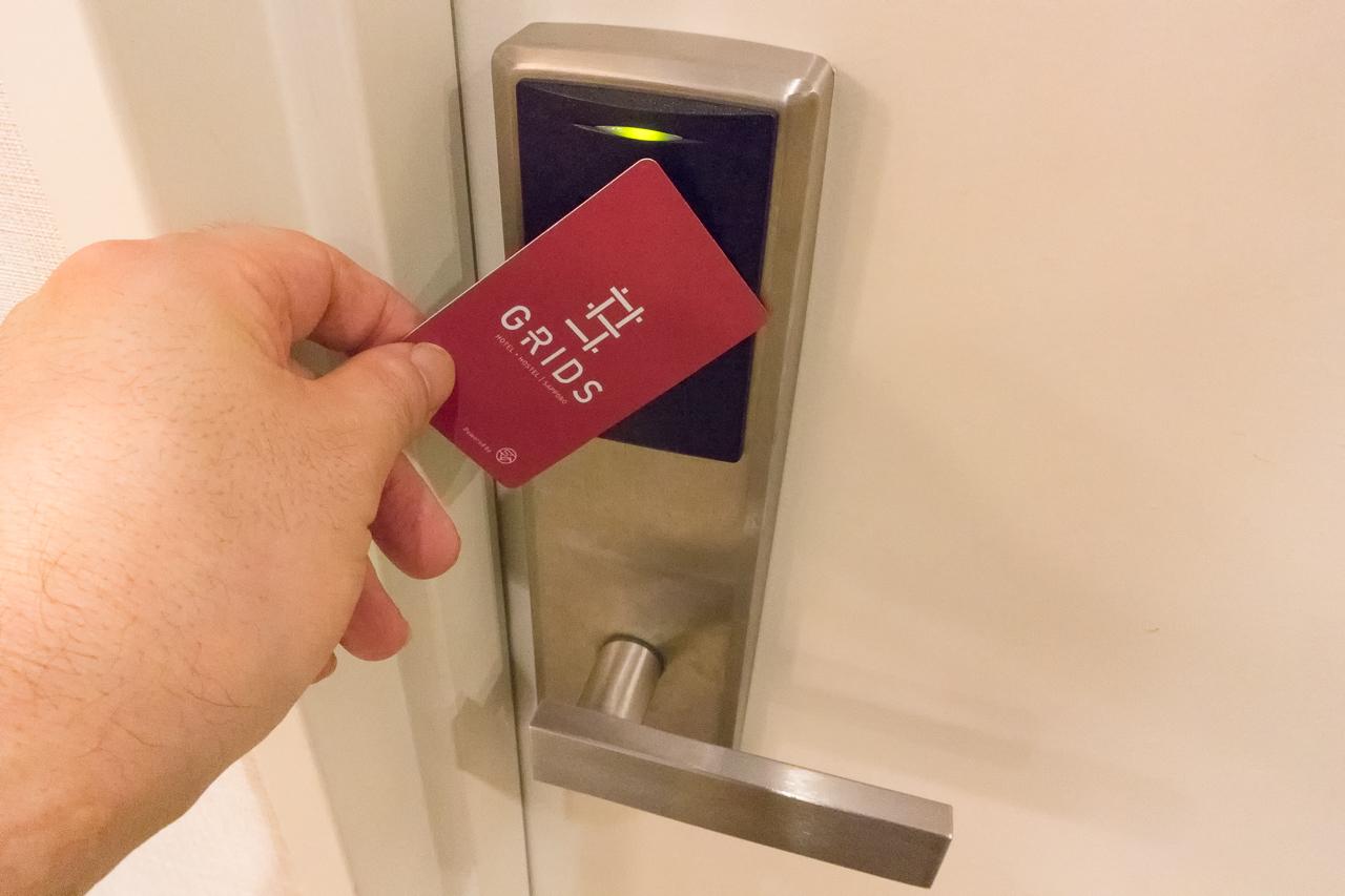 グリッズ 札幌 ホテル&ホステル・ドミトリールーム入口のカードリーダーにカードをかざす