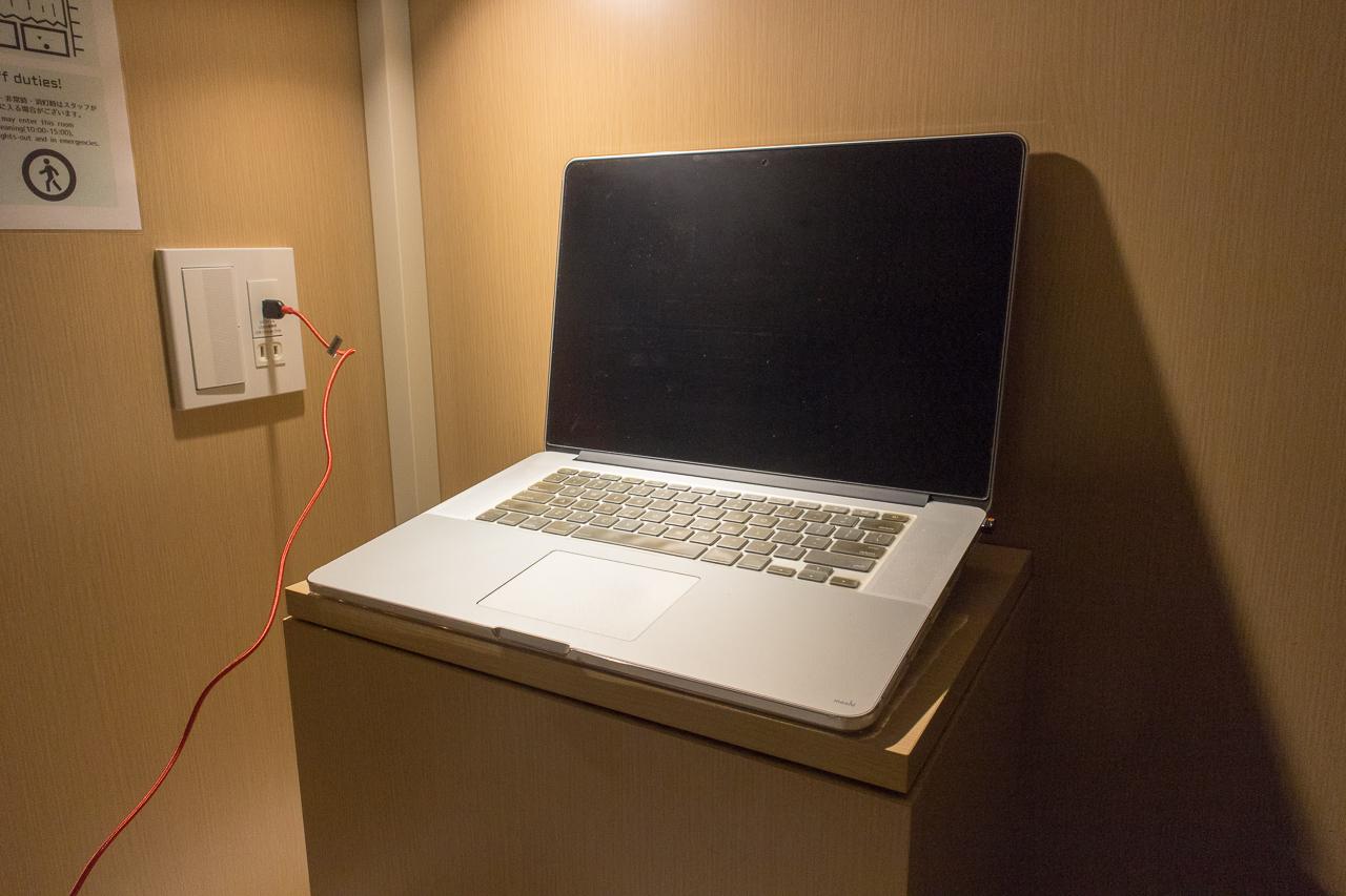 グリッズ 札幌 ホテル&ホステル・貴重品ボックスが机になる