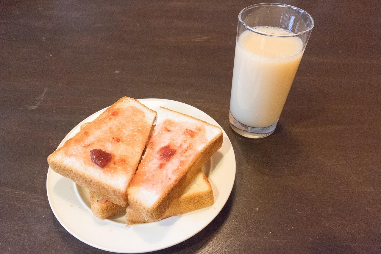 札幌ゲストハウスwaya(ワヤ)朝食のパンとカツゲン