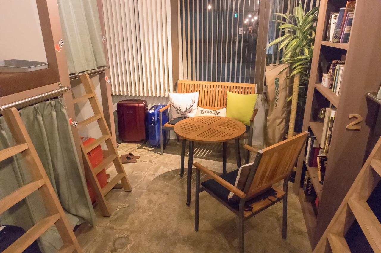 Book Tea Bed GINZA(銀座店)窓側のカフェスペース