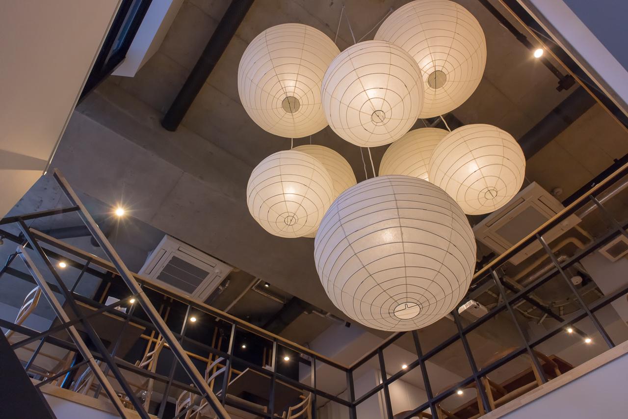 IMANO TOKYO GINZA HOSTEL吹き抜けの照明・下から見上げる