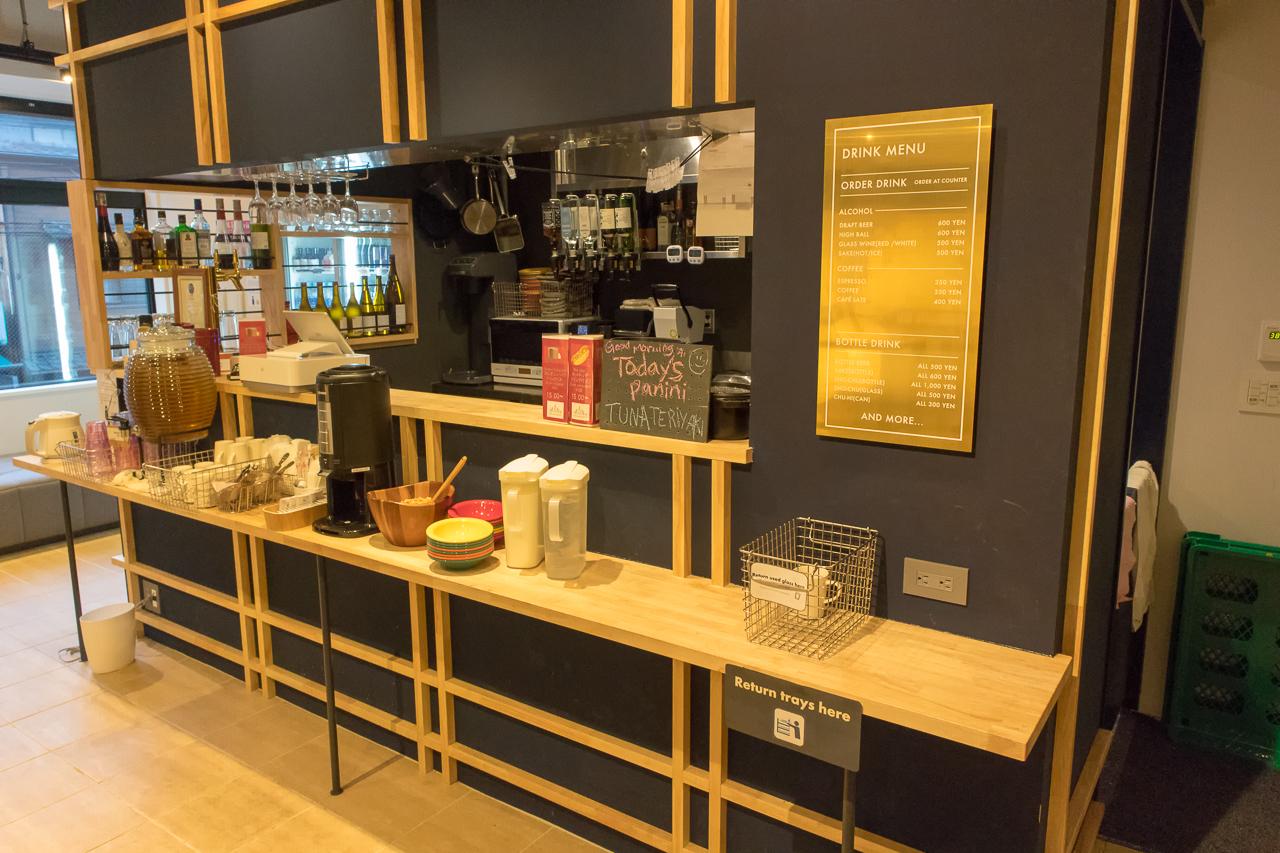 IMANO TOKYO GINZA HOSTEL2階カフェバーラウンジの朝食カウンター