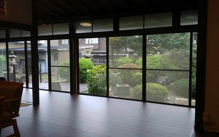 富山ゲストハウス京町の縁側